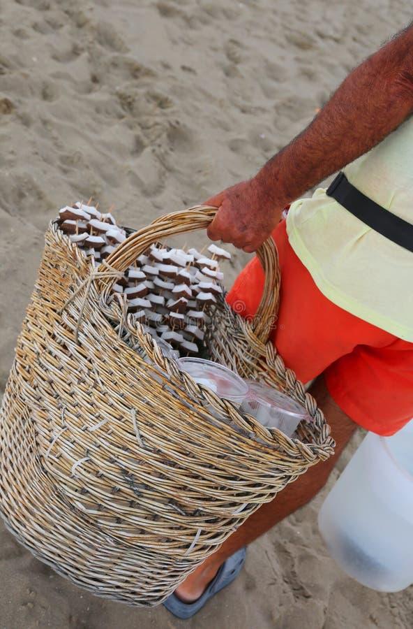 Kokosnotenverkoper op het strand van de toeristentoevlucht royalty-vrije stock foto