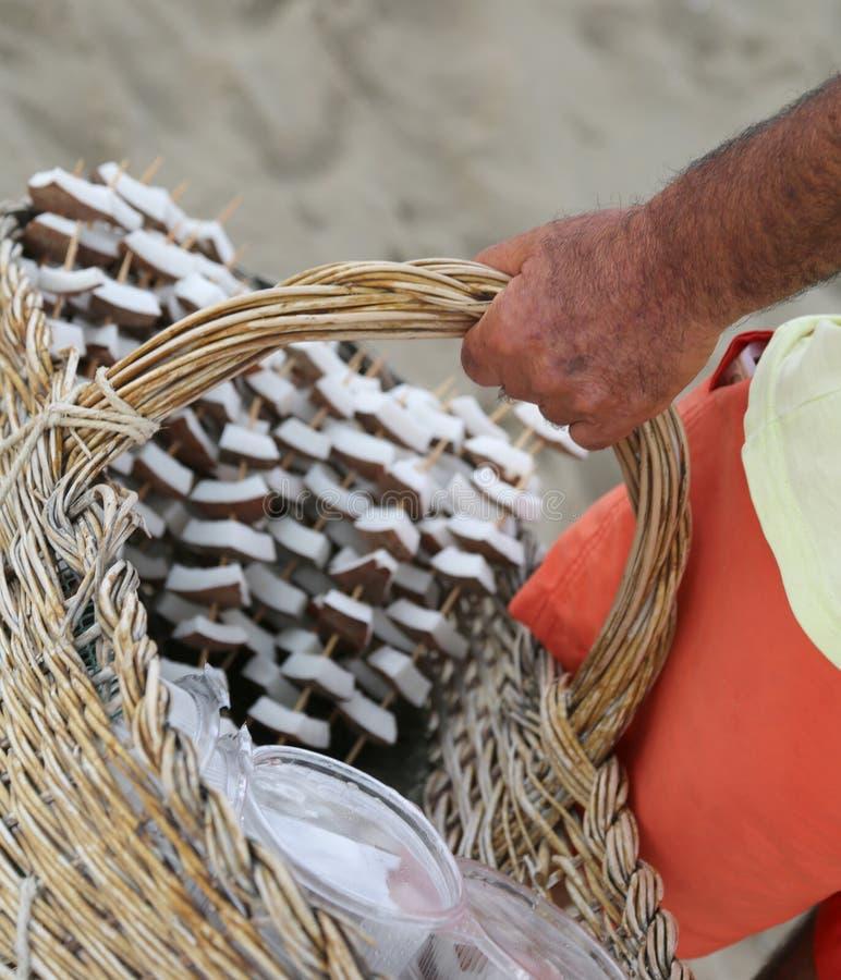 kokosnotenverkoper op het strand van de toeristentoevlucht tijdens de som royalty-vrije stock afbeelding