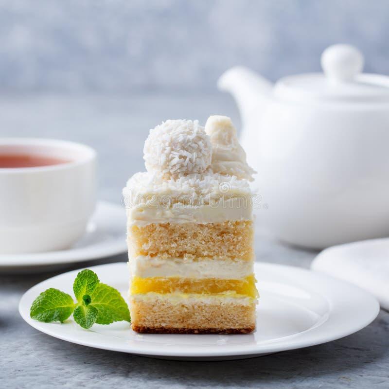 Kokosnuss überlagert, raffaello Kuchen auf weißer Platte Grauer Hintergrund Abschluss oben lizenzfreies stockbild