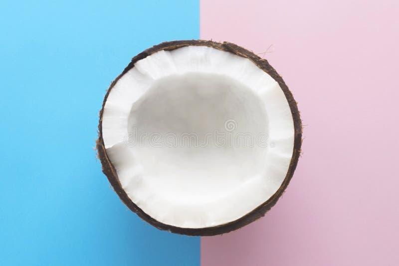Kokosnuss auf rosa blauem Hintergrundschnitt in zwei Hälften lizenzfreie stockfotos