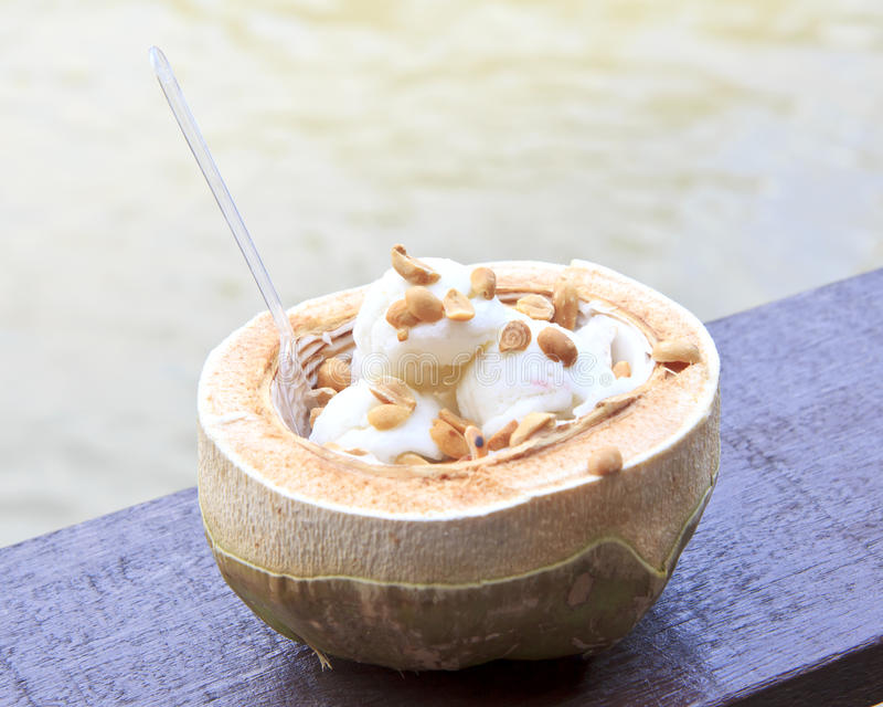 Kokosnuss-Eiscreme mit Nüssen stockfoto
