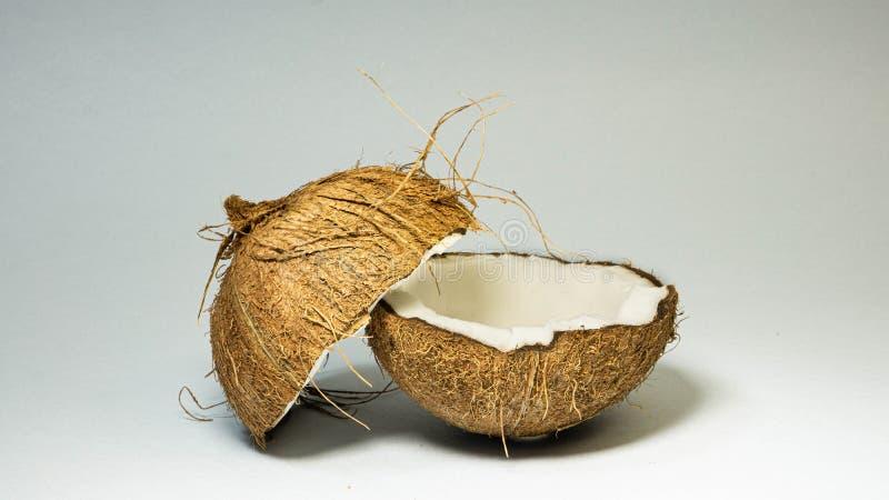 Kokosnuss, exotische Früchte, zwei Hälften der Frucht im Oberteil, weißer Hintergrund, selektiver Fokus, selektives Licht, Nahauf lizenzfreie stockfotos