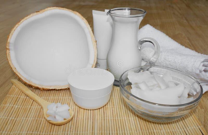 Kokosnuss im Cosmetology Ð-¡ Paket, Balsam, Kokosmilch Haut-, Körper- und Gesichtssorgfalt cosmetology Nahrung und Hydratation stockfotos