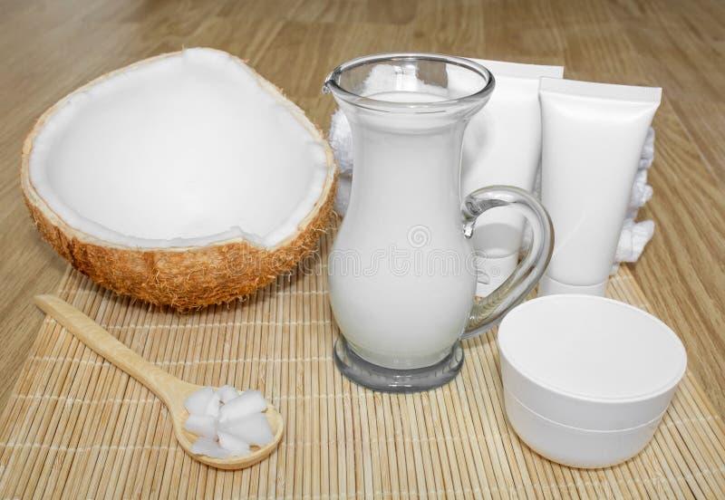 Kokosnuss im Cosmetology Ð-¡ Paket, Balsam, Kokosmilch Haut-, Körper- und Gesichtssorgfalt cosmetology Nahrung und Hydratation lizenzfreie stockfotografie