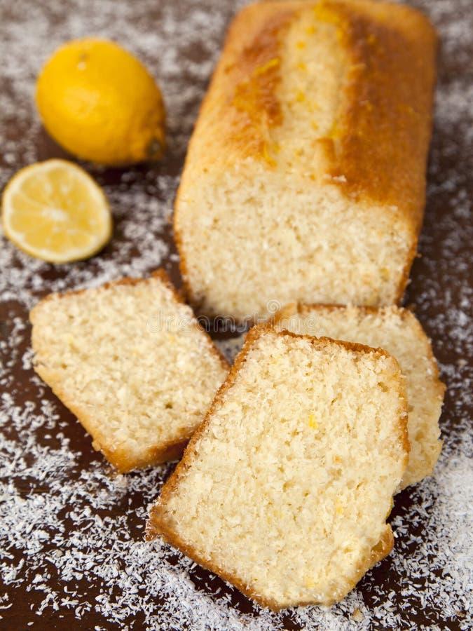 Kokosnuss-Kuchen mit Zitronensirup stockbild