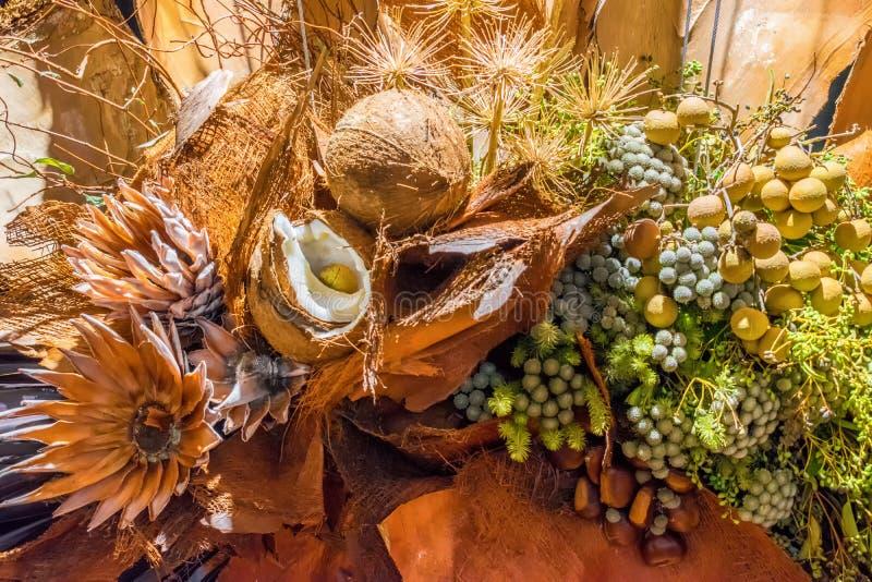 Kokosnuss- und Blumendekoration stockbilder