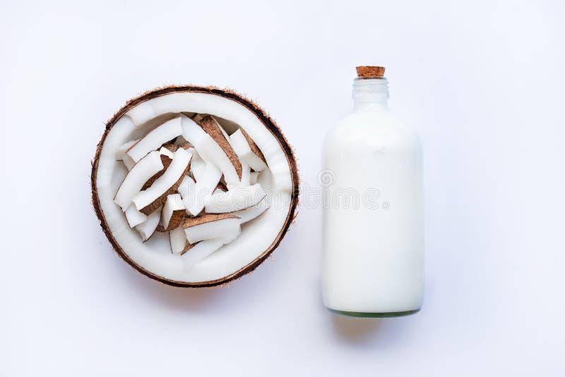 Kokosnuss und Kokosmilch auf weißem Hintergrund lizenzfreies stockbild