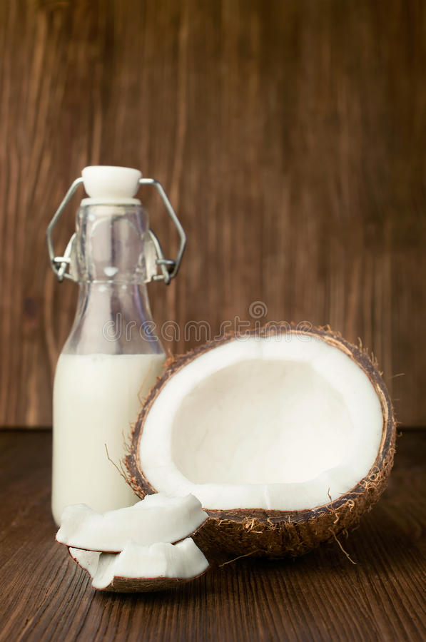 Kokosnuss und Milch in einer Glasflasche lizenzfreies stockfoto