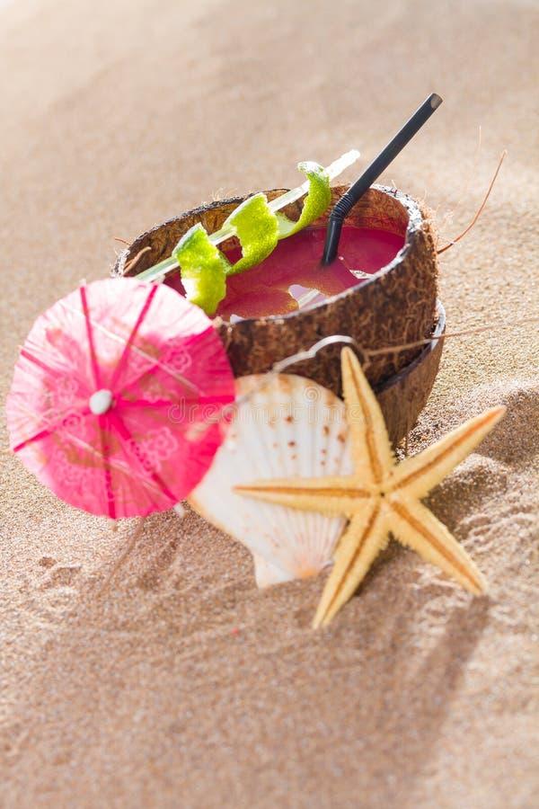 Kokosnusscocktail auf dem Strand stockbild