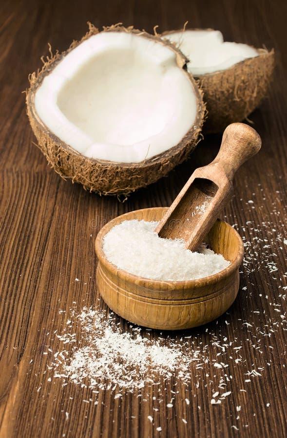 Kokosnussflocken und frische Kokosnuss lizenzfreies stockfoto