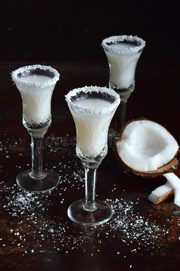 Kokosnusslikör im Glas mit defekten Cocos Köstliches Pinacolada-Milchcocktail mit Rum Alkoholgetränkalkohol Kopieren Sie Platz lizenzfreies stockbild