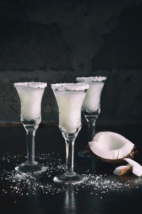Kokosnusslikör im Glas mit defekten Cocos Köstliches Pinacolada-Milchcocktail mit Rum Alkoholgetränkalkohol Kopieren Sie Platz stockfotos