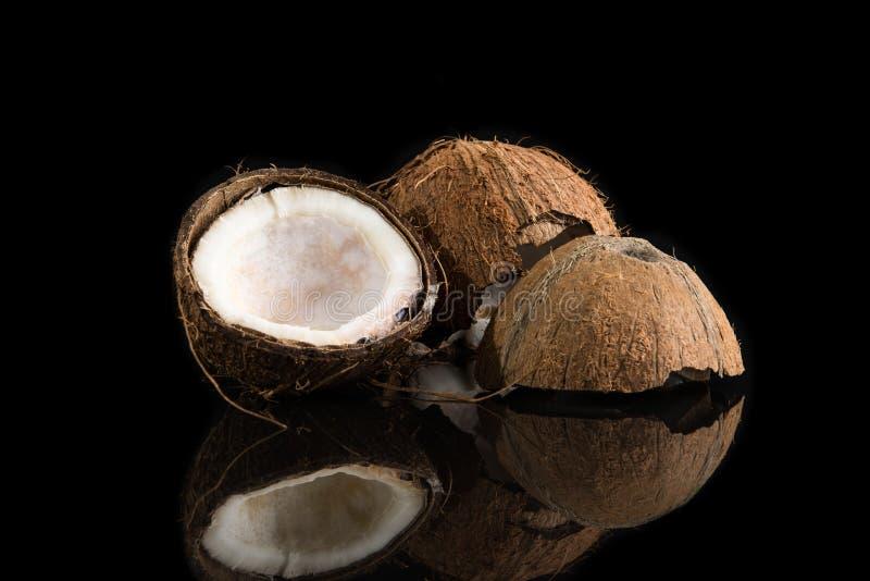 Kokosnussoberteile auf schwarzem Hintergrund lizenzfreie stockfotos