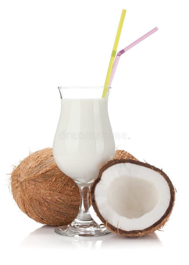 Kokosnusssahnecocktail und -kokosnüsse stockfotografie