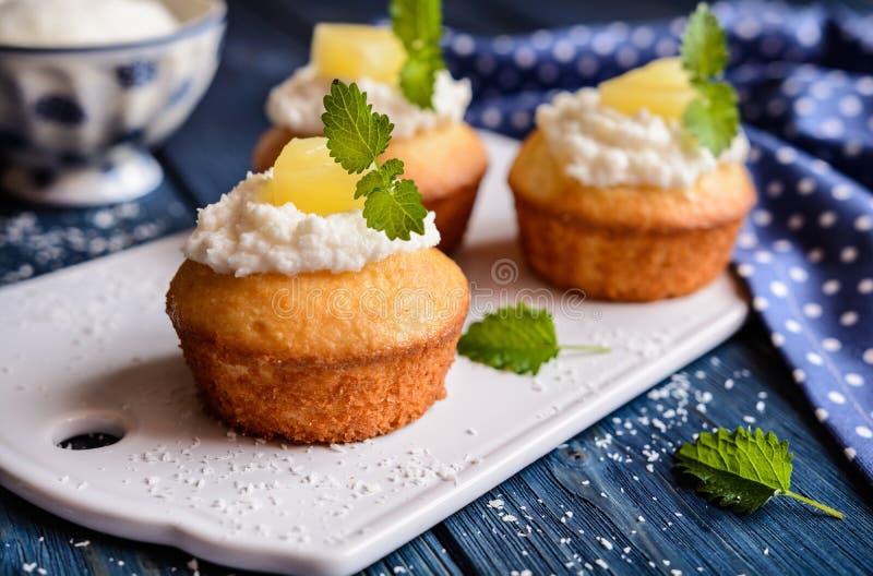 Kokosowi i ananasowi muffins zdjęcia stock