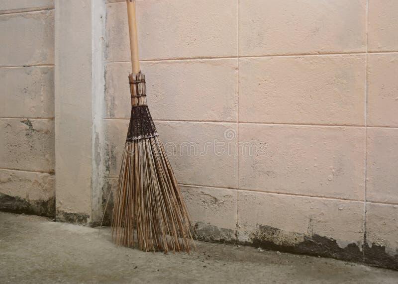 Kokosowy miotła kij na podłodze i opróżnia dobrze przestrzeń dla teksta Naturalny bezpiecznie rozłożony i materiały zdjęcie royalty free