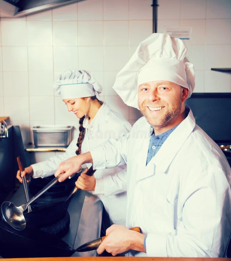 Koks die klanten begroeten bij bistro royalty-vrije stock fotografie
