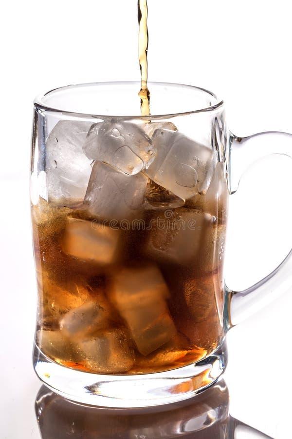 Koks und Eis in einem Glas stockfotografie