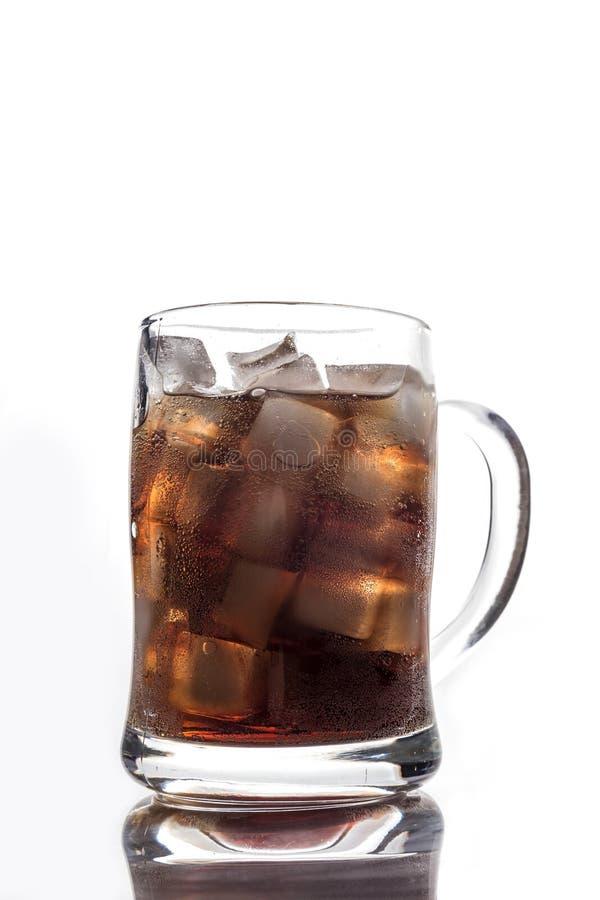 Koks und Eis in einem Glas stockfotos