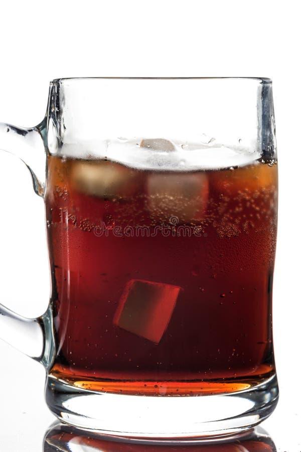 Koks und Eis in einem Glas stockbild