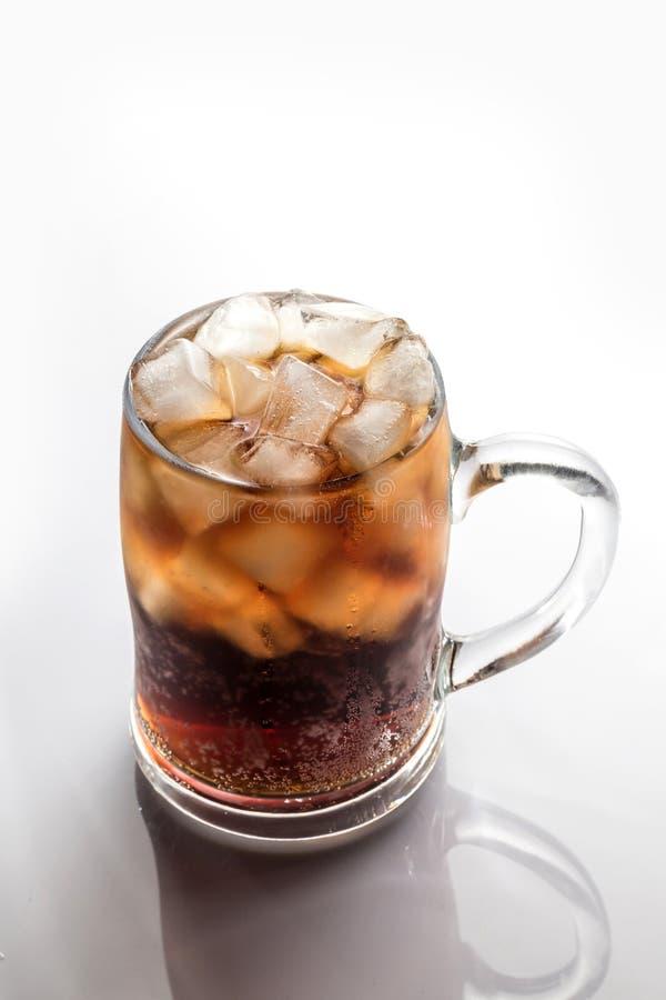 Koks und Eis in einem Glas stockfoto