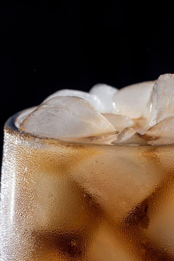 Koks und Eis in einem Glas lizenzfreies stockfoto