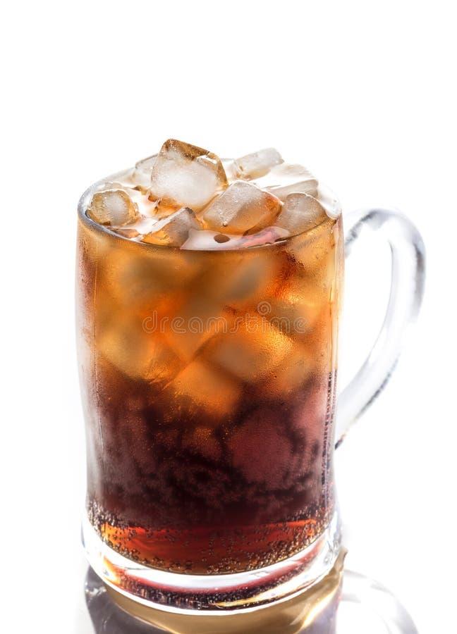 Koks und Eis in einem Glas lizenzfreies stockbild