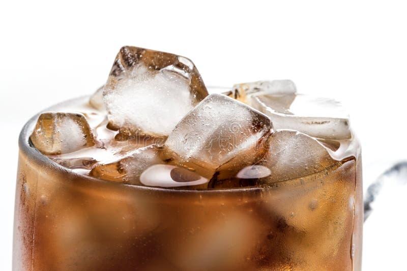 Koks und Eis in einem Glas lizenzfreie stockfotografie