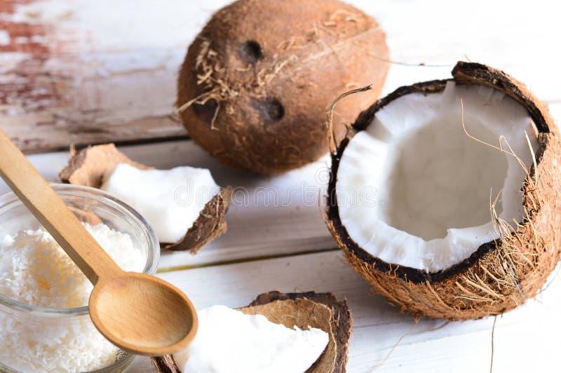 Koks z kokosowym olejem w słoju na drewnianym tle obraz royalty free