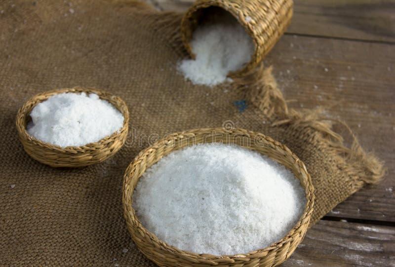 Koksalt Grova grained saltar på säckbakgrund och sugrör b arkivbilder