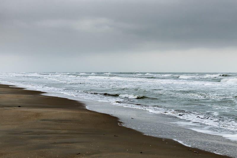 Koksijde, Belgien - 15 november 2019: Ett vilt Nordsjön på en mörk grumlig dag arkivfoton