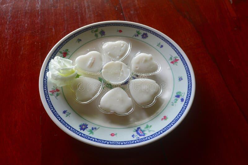 Koksu galaretowy, kokosowy mleko w talerzu/ obrazy stock