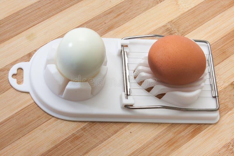 Kokt ägg och skivat ägg på avbrytaren arkivfoto