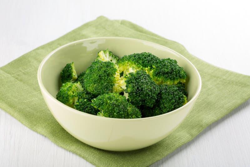 Kokt broccol i en bunke arkivfoto