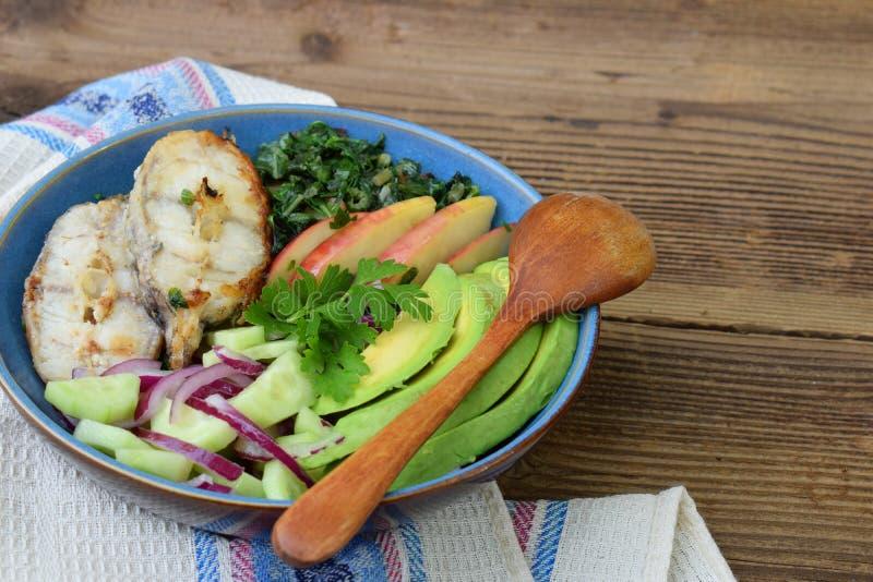 Kokt chard med äpplen, avokadot, fisken och sallad av gurkor, lökar Aip-frukost, matställe eller lunch Autoimmune Paleo Banta hea royaltyfria foton