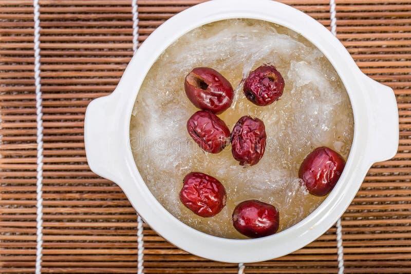 Kokt fågelbo för fågelbo och röd jujube Kinesisk matstil royaltyfri bild