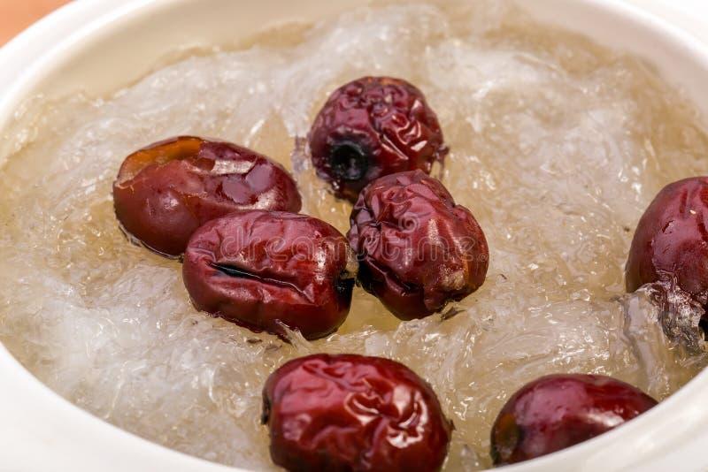 Kokt fågelbo för fågelbo och röd jujube Kinesisk matstil arkivbild