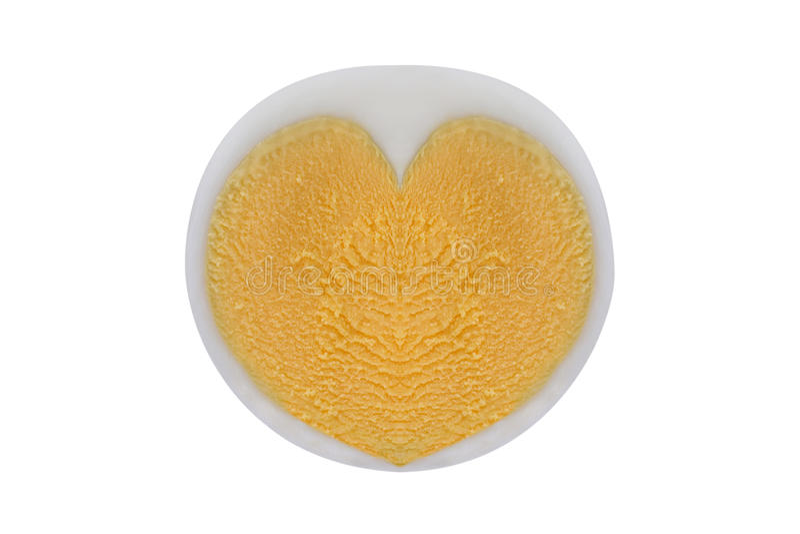 Kokt fegt ägg med hjärta formad äggula som isoleras på vit royaltyfri fotografi