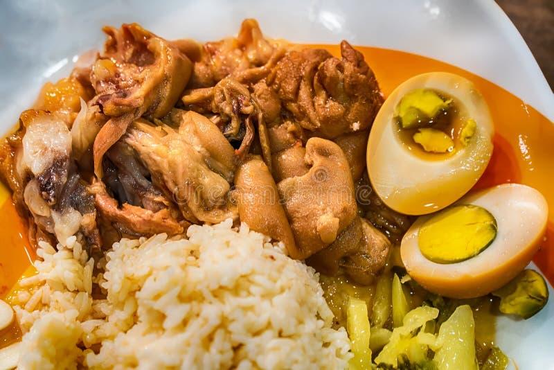 Kokt grisköttben över ris arkivfoton
