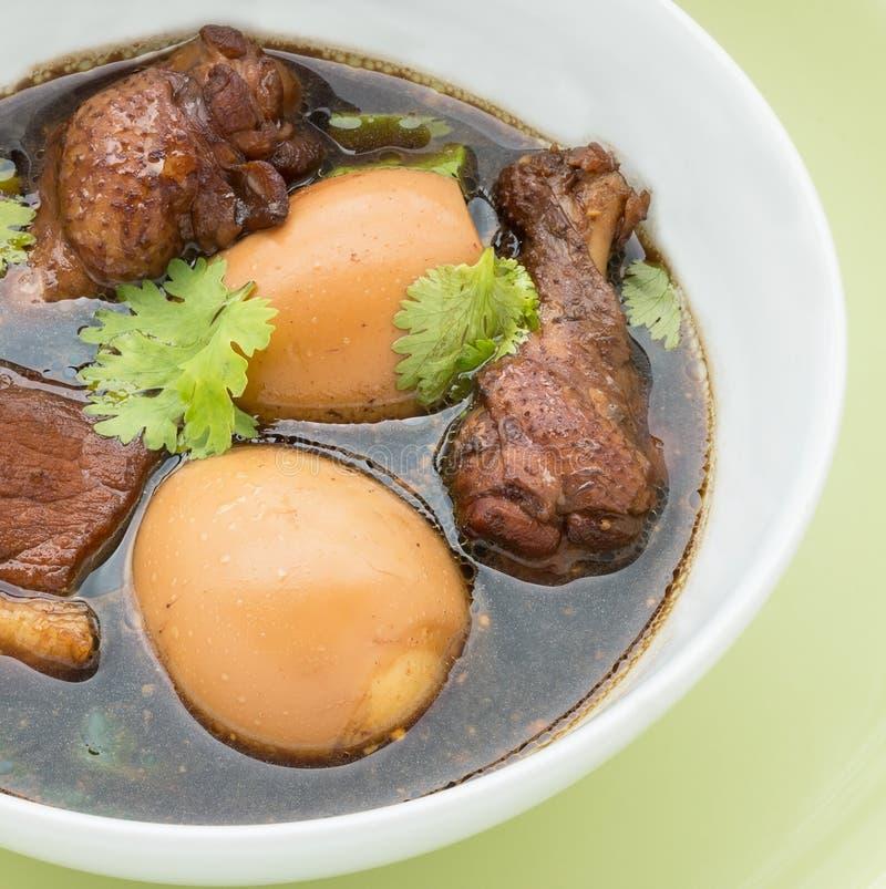 Kokt höna med ägget i en vit bunke royaltyfri fotografi
