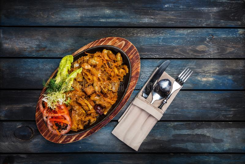 Kokt kål med paprica på pannan med träbakgrund i lantlig stil arkivfoto