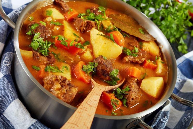 Kokt nötkött med potatisen och morötter royaltyfria foton