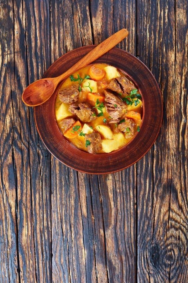 Kokt nötkött med potatisen och morötter royaltyfri foto