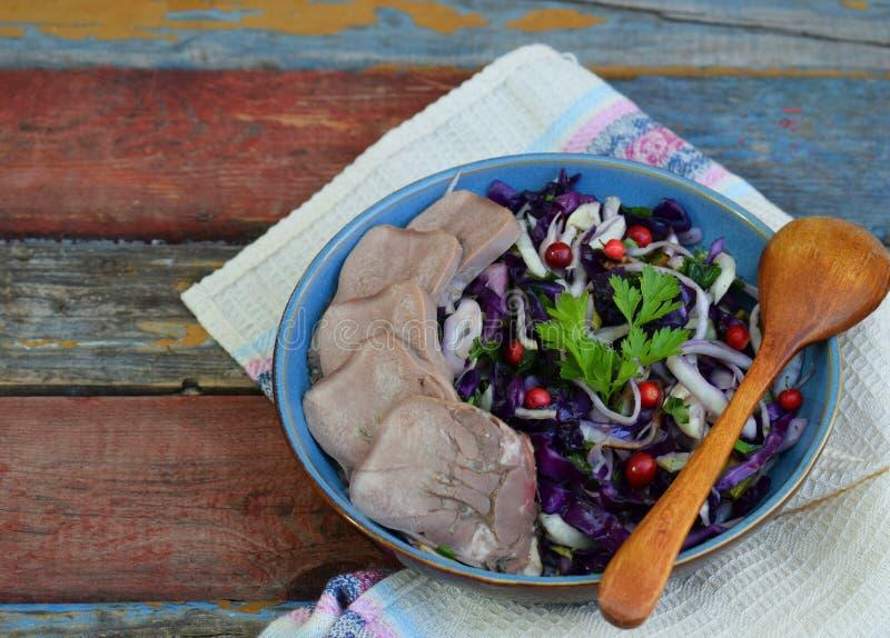 Kokt purpurfärgad kål med persilja och den kokade tungan Frukost, lunch eller matställe Autoimmune Paleo Banta det sunda matbegre royaltyfria bilder