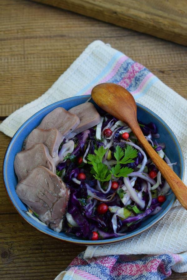 Kokt purpurfärgad kål med persilja och den kokade tungan Frukost, lunch eller matställe Autoimmune Paleo Banta det sunda matbegre royaltyfri bild