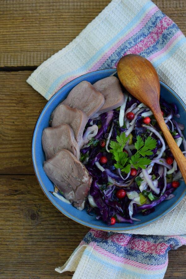 Kokt purpurfärgad kål med persilja och den kokade tungan Frukost, lunch eller matställe Autoimmune Paleo Banta det sunda matbegre royaltyfria foton