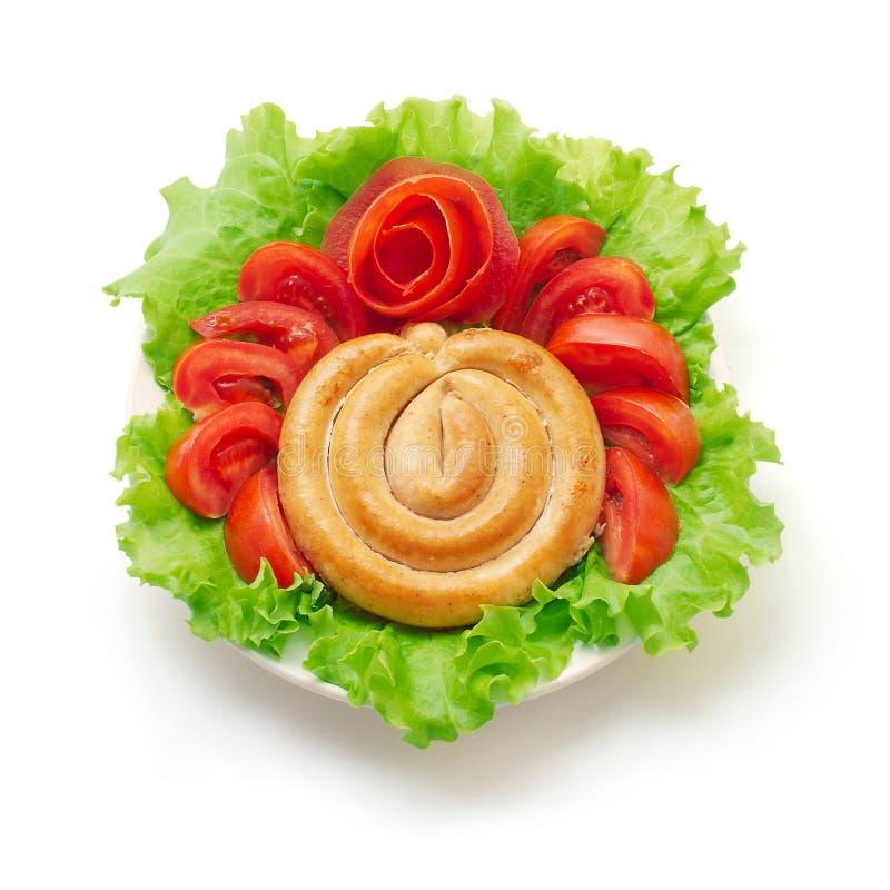 Kokta korvar med tomaten och grön sallad fotografering för bildbyråer