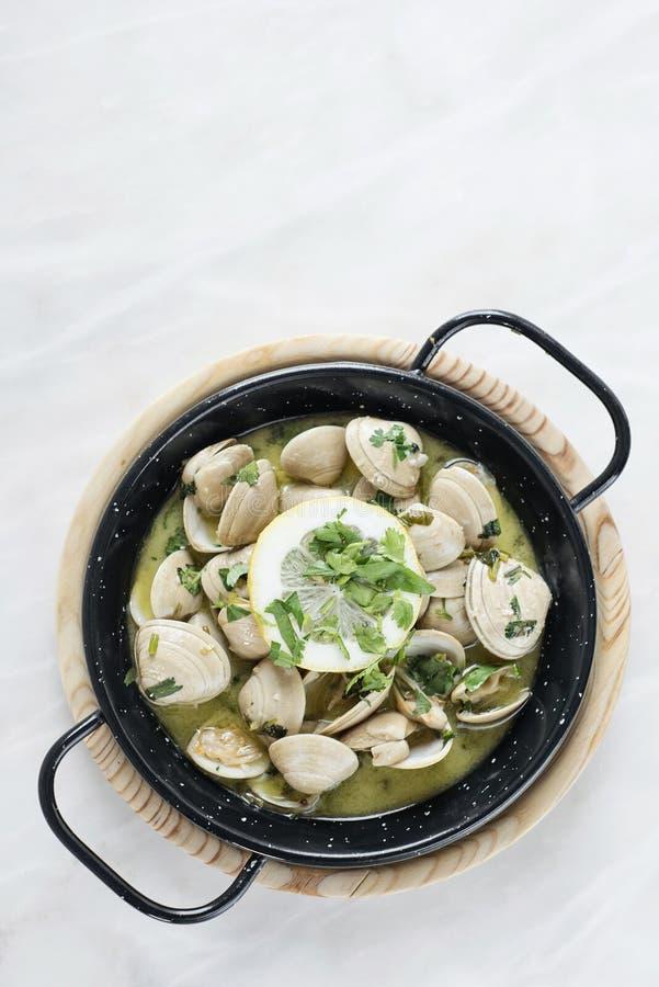 Kokta musslor i vitlökört och havs- sås för vitt vin arkivfoto