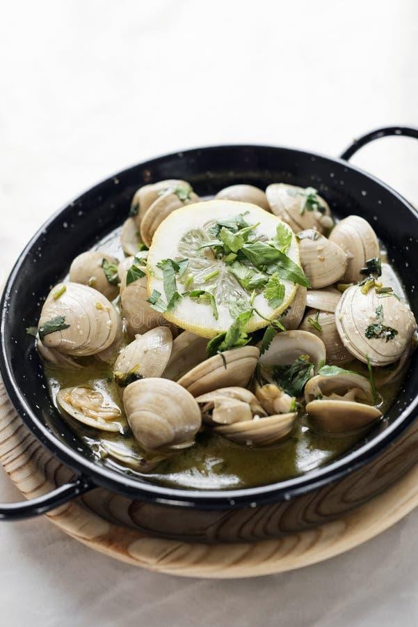 Kokta musslor i vitlökört och havs- sås för vitt vin fotografering för bildbyråer