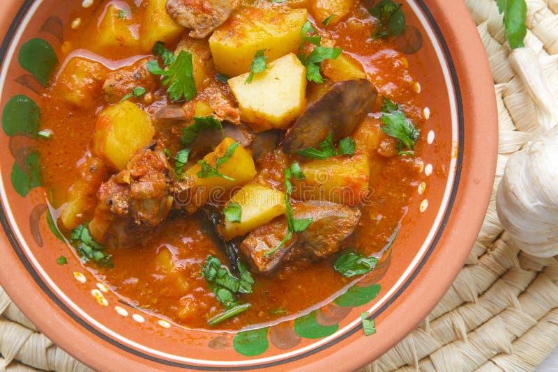 Kokta potatisar för ugn med feg lever arkivfoto